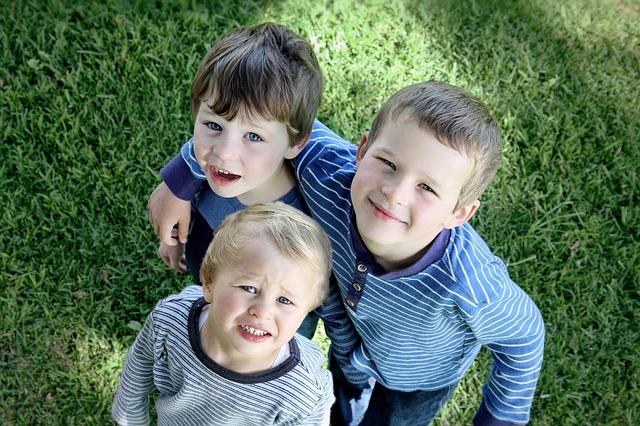 tři chlapci