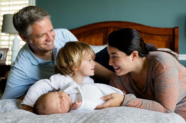 rodiče s dětmi v posteli