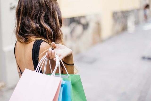 žena s nákupem