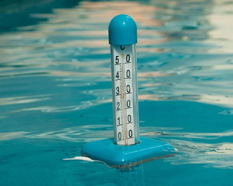 teploměr v bazénu